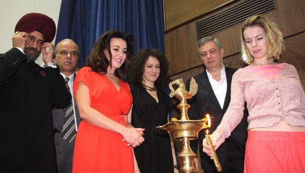 Актрисы Анастасия Заворотнюк, Ксения Раппопорт и Анна Старшенбаум зажигают традиционную лампу на открытии Фестиваля современного российского кино в Нью-Дели