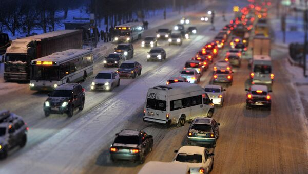 Автомобильное движение во время снегопада. Архив