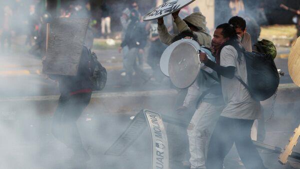 Участники акции протеста в Мехико в день инаугурации Энрике Пеньи Ньето