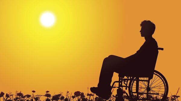 Мужчина с ограниченными возможностями в инвалидном кресле. Архивное фото