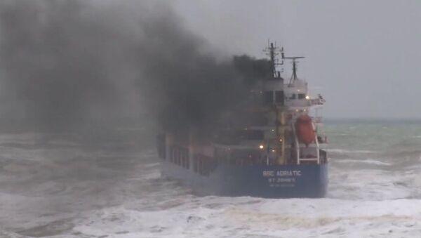 Потерявшее в шторм управление судно дрейфует в Черном море