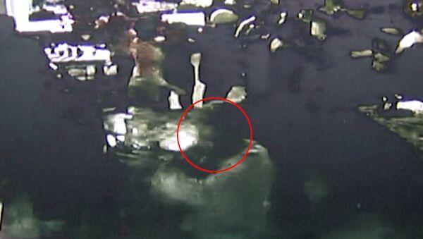Полицейский избил стулом бывшего коллегу в баре. Съемка камеры слежения
