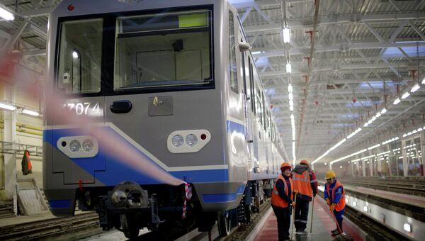Электропоезд в строящемся депо Печатники в Москве.