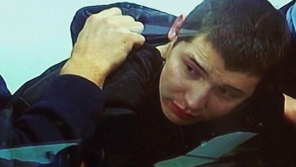 Обвиняемый в убийстве 15 человек Челах кричал на судью и кусал конвоиров