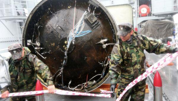 Фрагмент отработанной ступени ракеты Ынха, поднятый ВМС Южной Кореи