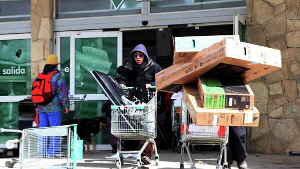 Люди в преддверии конца света грабят магазины в Аргентине