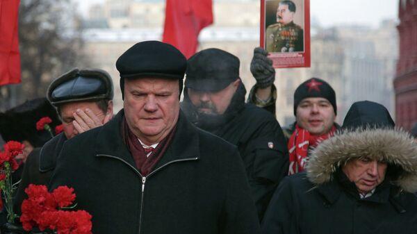 Лидер КПРФ Геннадий Зюганов во время церемонии возложения цветов к могиле Иосифа Сталина у Кремлевской стены