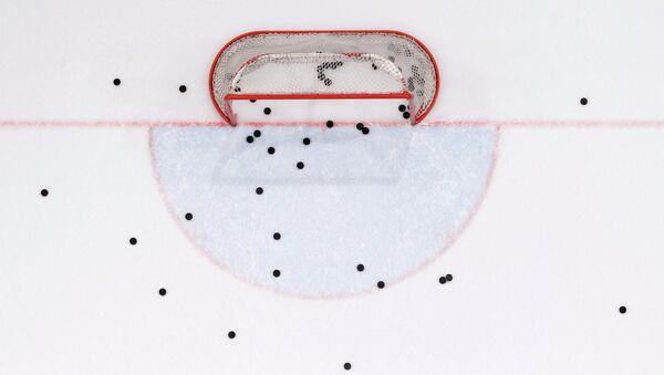Шайбы на льду в ходе хоккейного матча, архивное фото