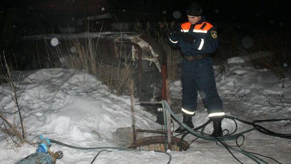Сотрудник ремонтной бригады устраняет прорыв на теплотрассе в городе Кыштыме Челябинской области