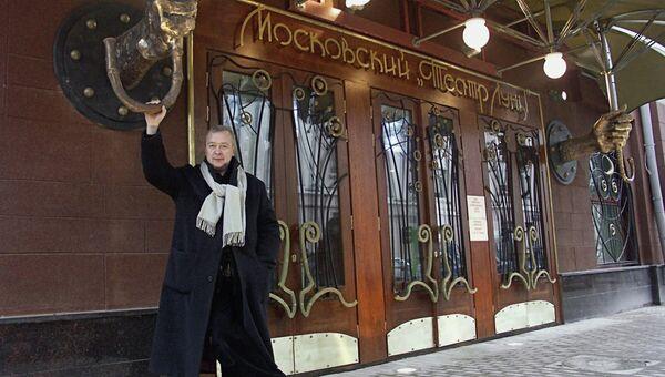 Сергей Проханов около своего Театра Луны