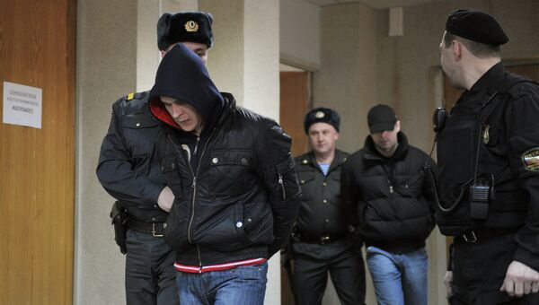Сотрудники полиции конвоируют фигурантов дела о похищении сына Е. Касперского. Архив