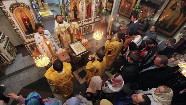 Верующие в храме. Архив
