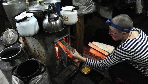 Послушница топит печь в буддийском монастыре Шад Тчуп Линг, на горе Качканар в Свердловской области. Архивное фото
