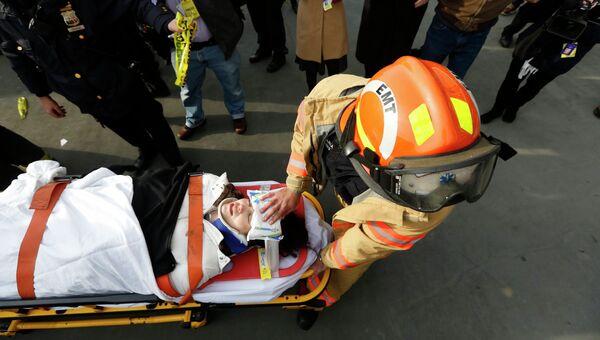 Помощь пострадавшим на месте крушения пассажирского парома в Нью-Йорке