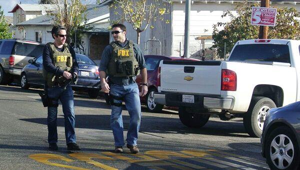 Офицеры ФБР близ школы в Калифорнии, где произошел инцидент со стрельбой