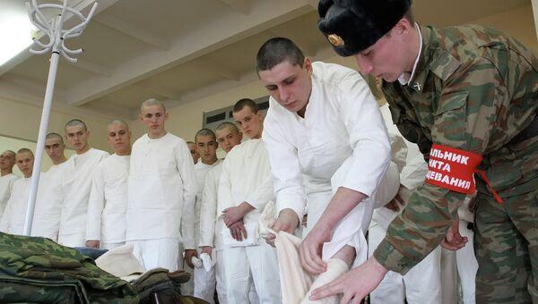 Призывники получают обмундирование перед отправкой в воинскую часть.