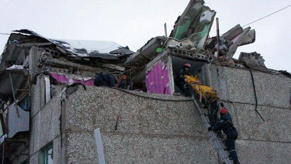 Спасатели работают на месте взрыва бытового газа в жилом доме Чувашии