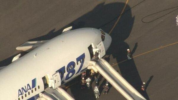 Пожарные осматривают аварийно севший из-за задымления Boeing Dreamliner
