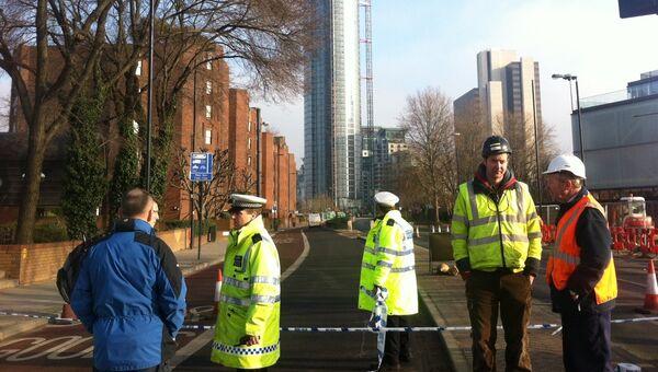 Оцепление дороги в связи с крушением вертолета в Лондоне