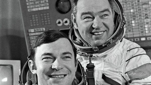Юрий Романенко и Георгий Гречко - экипаж корабля Союз-26, принимавший Прогресс-1 в космосе.