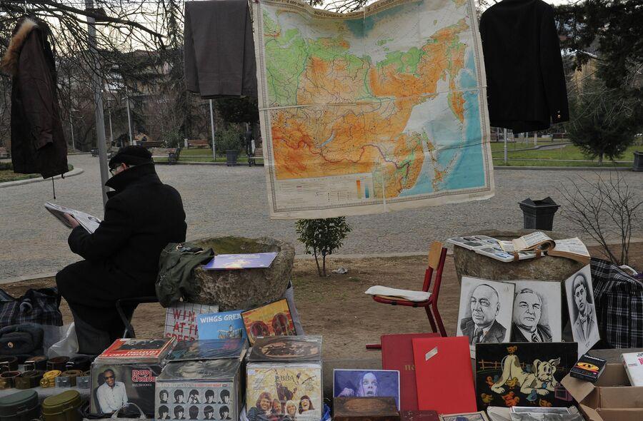 Торговля атрибутикой советского периода в центре Тбилиси, Грузия