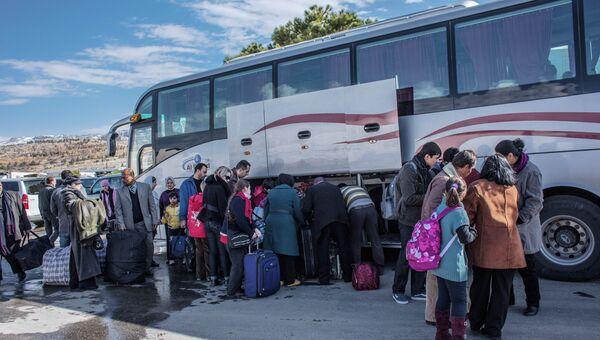 Граждане России, покидающие Сирию, садятся в автобусы на границе с Ливаном. Архив