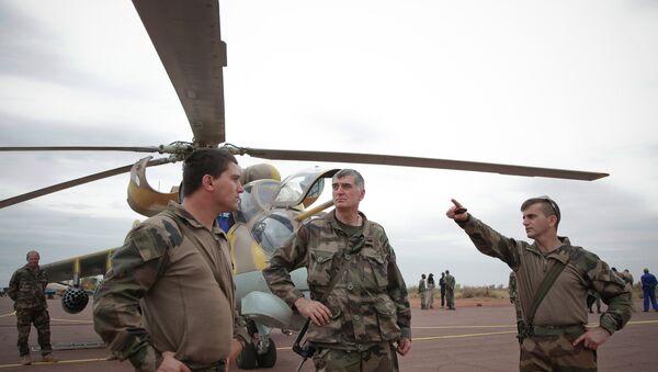 Французские военные у вертолета на авиабазе в Мали. Архивное фото