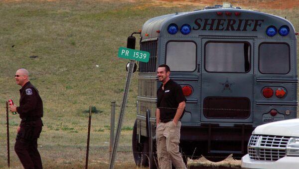 Сотрудники полиции работают недалеко от места, где мужчина напал на школьный автобус и захватил в заложники 6-летнего мальчика