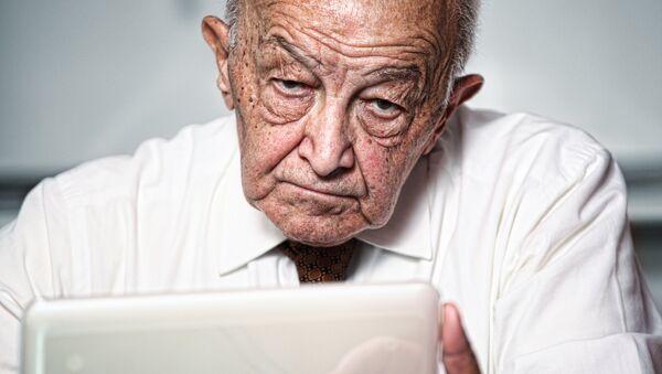 Мужчина работает за компьютером. Архивное фото