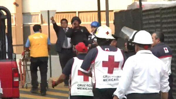 Спасатели эвакуировали людей с места взрыва в высотке в Мехико