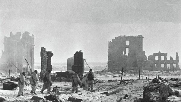 Солдаты идут по разрушенному центру Сталинграда.