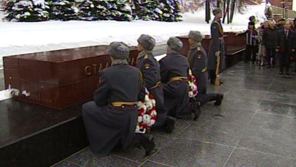 Цветы и слова благодарности победителям - 70 лет битве под Сталинградом