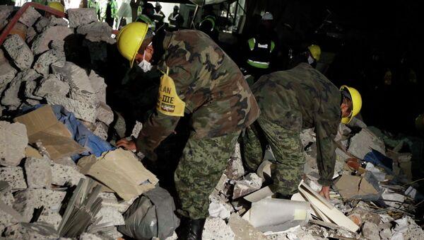Разбор завалов в здании нефтяной компании Pemex в Мехико