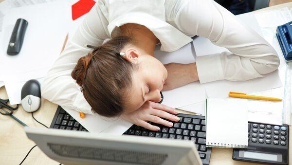 Сон на рабочем месте. Архивное фото