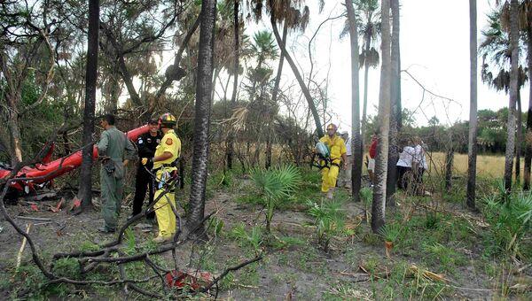 Спасатели работают на месте падения вертолета, на борту которого находился кандидат в президенты Парагвая Лино Овьедо
