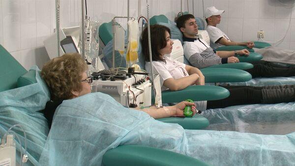 Посетители донорского центра сдают кровь. Архивное фото