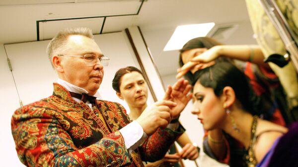 Модельер Вячеслав Зайцев перед показом своей новой коллекции Русский модерн. III тысячелетие