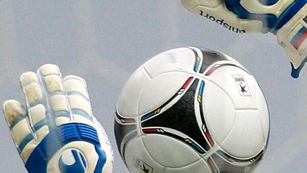 Футбольный мяч летит в сетку ворот. Архивное фото
