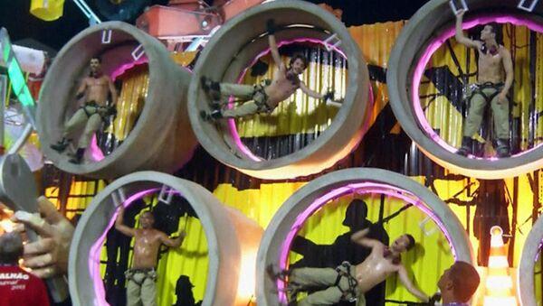 Бразильцы станцевали самбу в крутящихся цилиндрах на закрытии карнавала