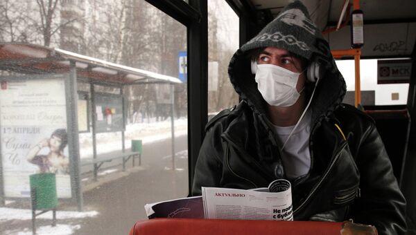 Молодой человек в защитной маске. Архив