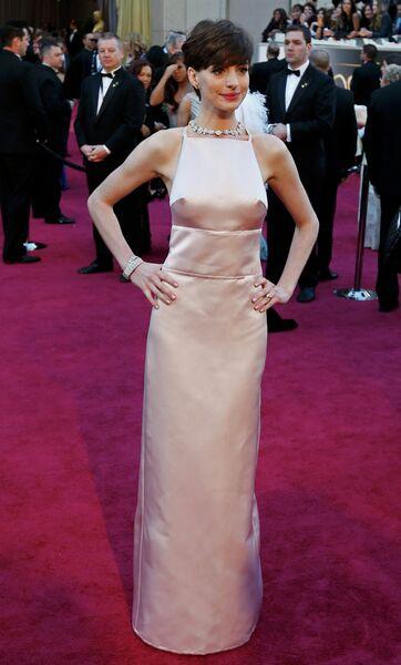 Энн Хэтэуэй в платье Prada на 85-й церемонии вручения премии Оскар