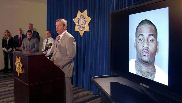Шериф Дуглас Гиллеспи во время пресс-конференции в Лас-Вегасе демонстрирует фотографию Аммара Харриса
