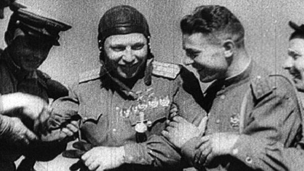 Архивные кадры к 100-летию со дня рождения легендарного летчика Покрышкина