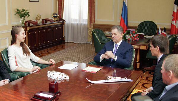 Биатлонистка Кайшева и лыжник Вылегжанин получили сертификат на автомобиль и 500 тысяч рублей