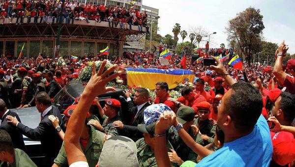 Траурный кортеж с телом умершего президента Венесуэлы Уго Чавеса