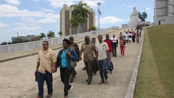 В Гаване проститься с Чавесом в мемориальном комплексе имени Хосе Марти пришли сотни тысяч человек.