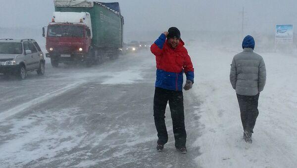 Снежный затор на автомобильной трассе. Архивное фото