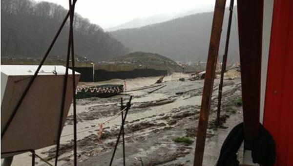 Размытие насыпной дамбы в районе населенного пункта Эста-Садок