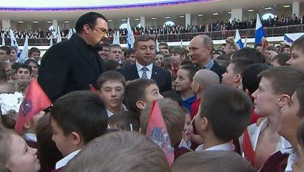 Путин и Сигал застряли в толпе школьников на открытии дворца спорта