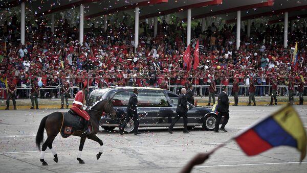 Гроб с телом Уго Чавеса перевозят в Музей революции в Каракасе